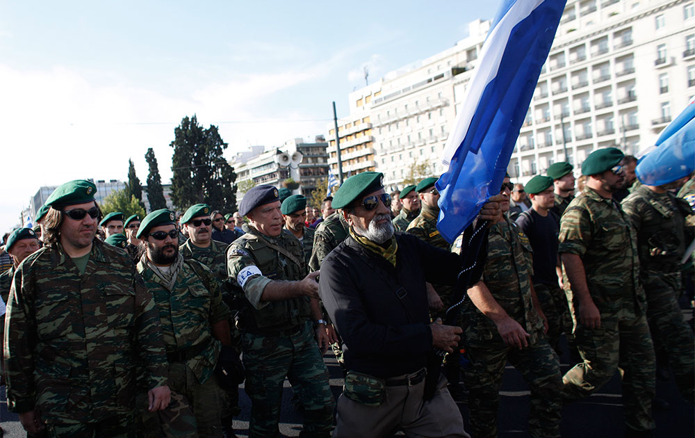 एथेंस में पार्लियामेंट भवन के बाहर मार्च करती सेना।