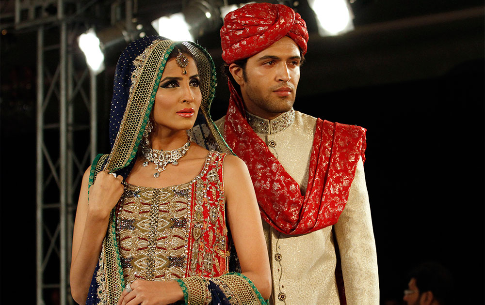 इस्लामाबाद फैशन वीक के दौरान रैंप पर मॉडल।