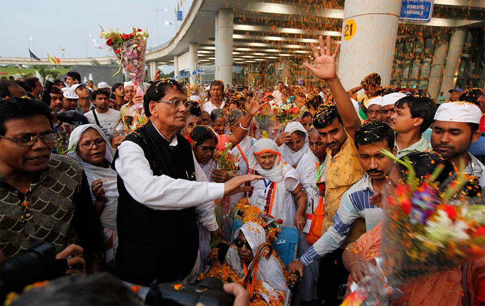 वृंदावन से कोलकाता पहुंचीं विधवाओं का स्वागत करते सुलभ इंटरनेशनल के बिंदेश्वर पाठक।