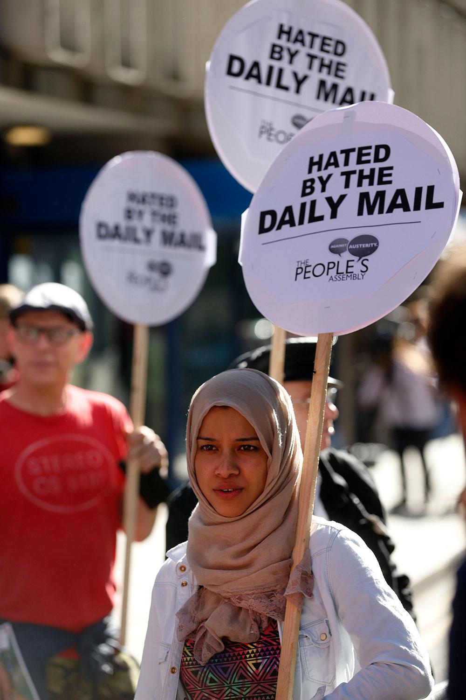 लंदन में विरोध-प्रदर्शन करते लोग।