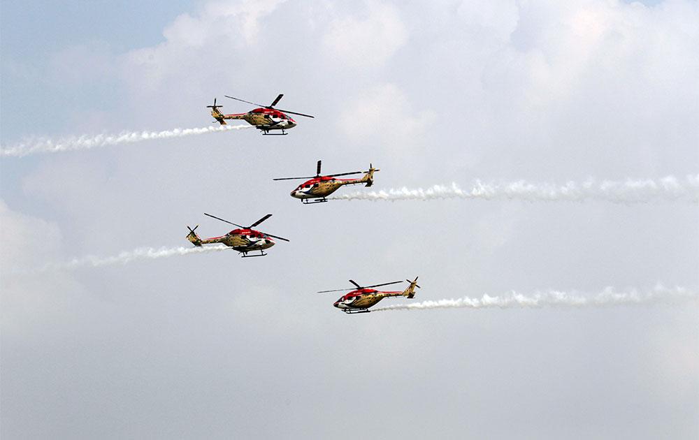 हिंडन वायु सेना बेस पर करतब दिखाते सारंग हेलीकॉप्टर।