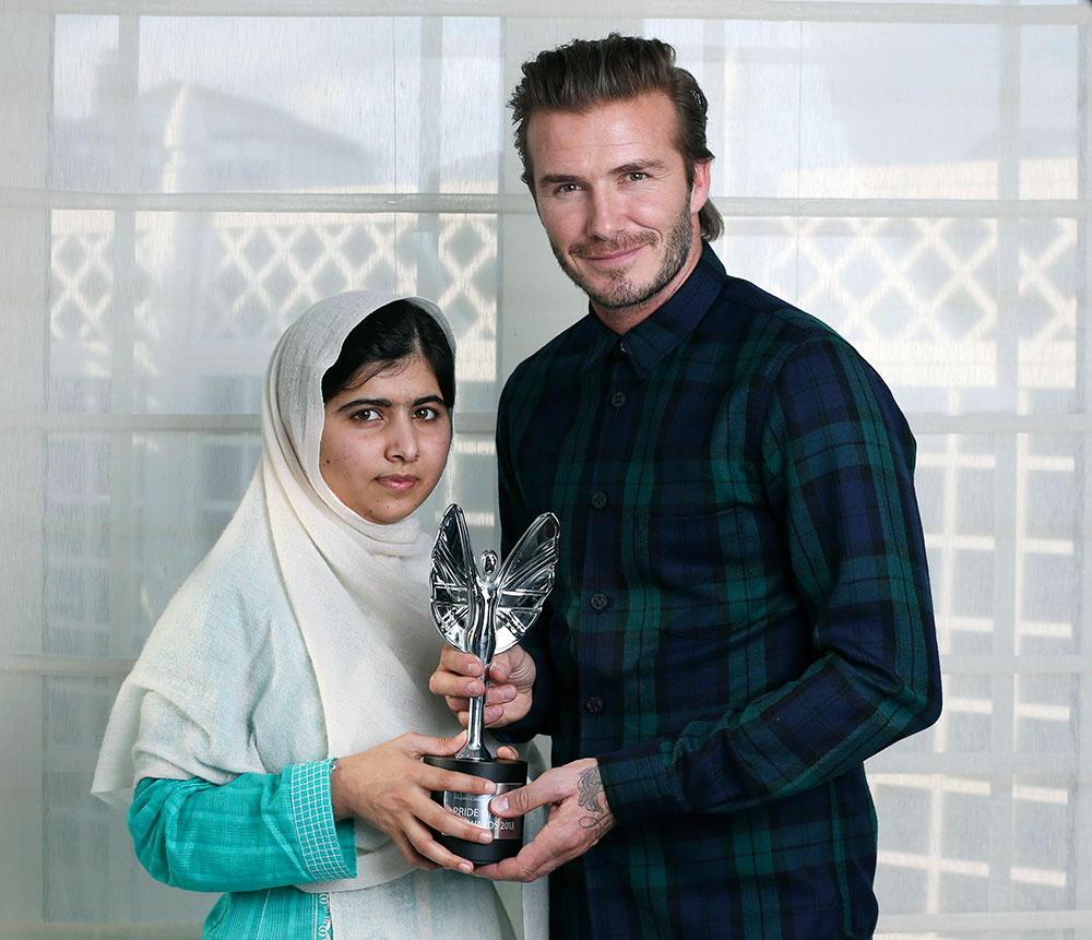 मलाला को अवार्ड देकर सम्मानित करते फुटबाल खिलाड़ी डेविड बेकहम।