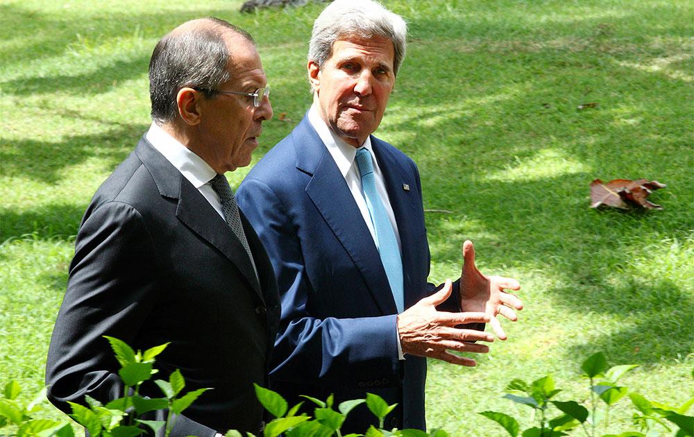 बाली में अपने रूसी समकक्ष सर्गेई लावरोव के साथ बातचीत करते अमेरिकी विदेश मंत्री जॉन केरी।