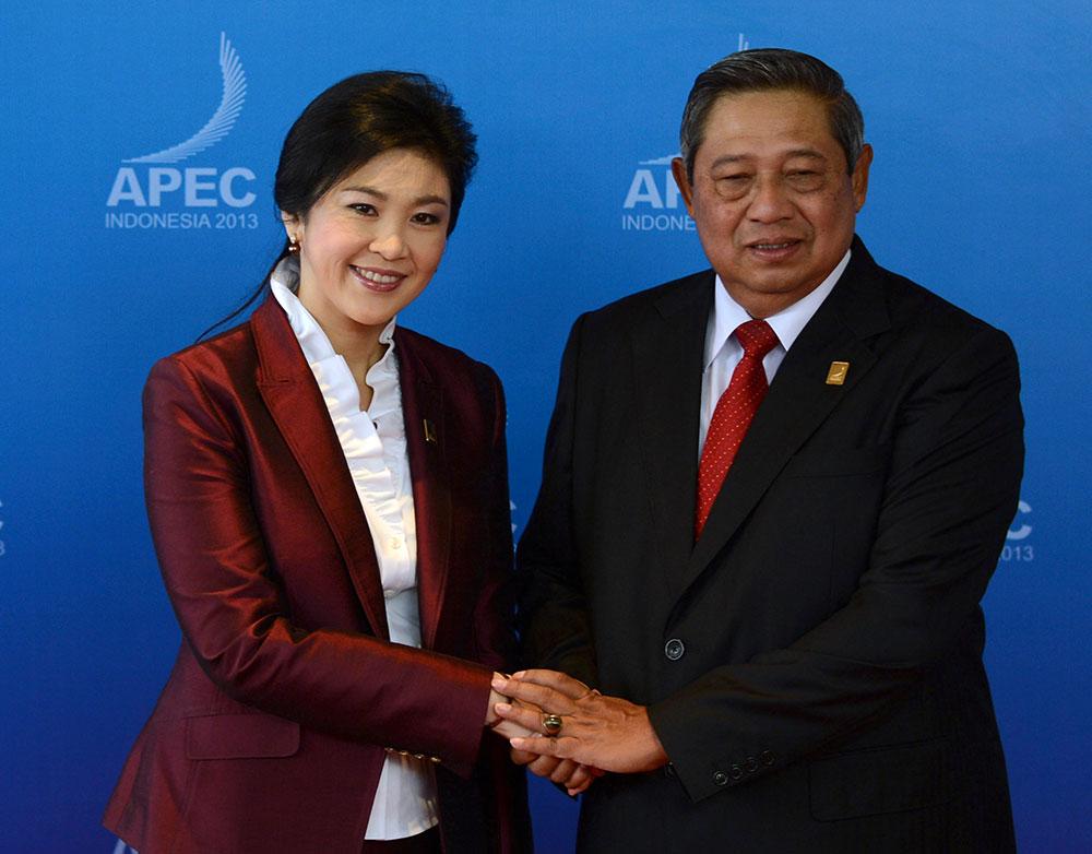 बाली में मीडिया को पोज देते थाइलैंड की प्रधानमंत्री यिंगलक शिनावात्रा और इंडोनेशिया के राष्ट्रपति सुसीलो बामबांग।