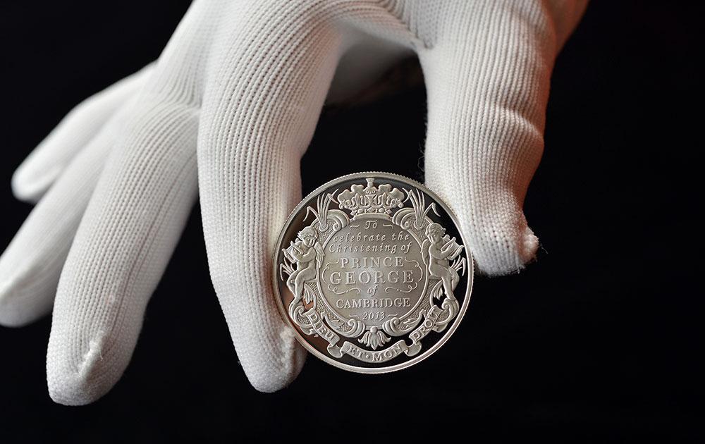 ब्रिटिश रॉयल टकसाल की ओर से जारी किया गया चांदी का नया सिक्का। इसकी कीमत पांच पाउंड है।