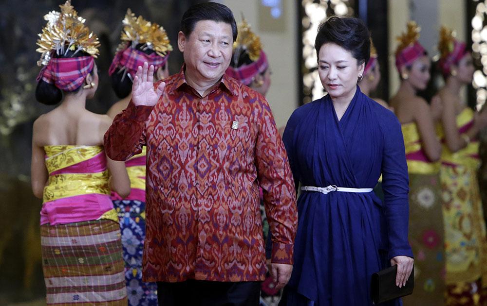बाली में आसियान बैठक के दौरान पारंपरिक परिधान में चीनी राष्ट्रपति शी चिनपिंग अपनी पत्नी के साथ।