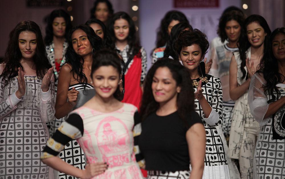 नई दिल्ली में विल्स लाइफस्टाइल फैशन वीक के दौरान मसाबा के डिजाइन परिधानों को प्रदर्शित करती हुईं मॉडल्स।