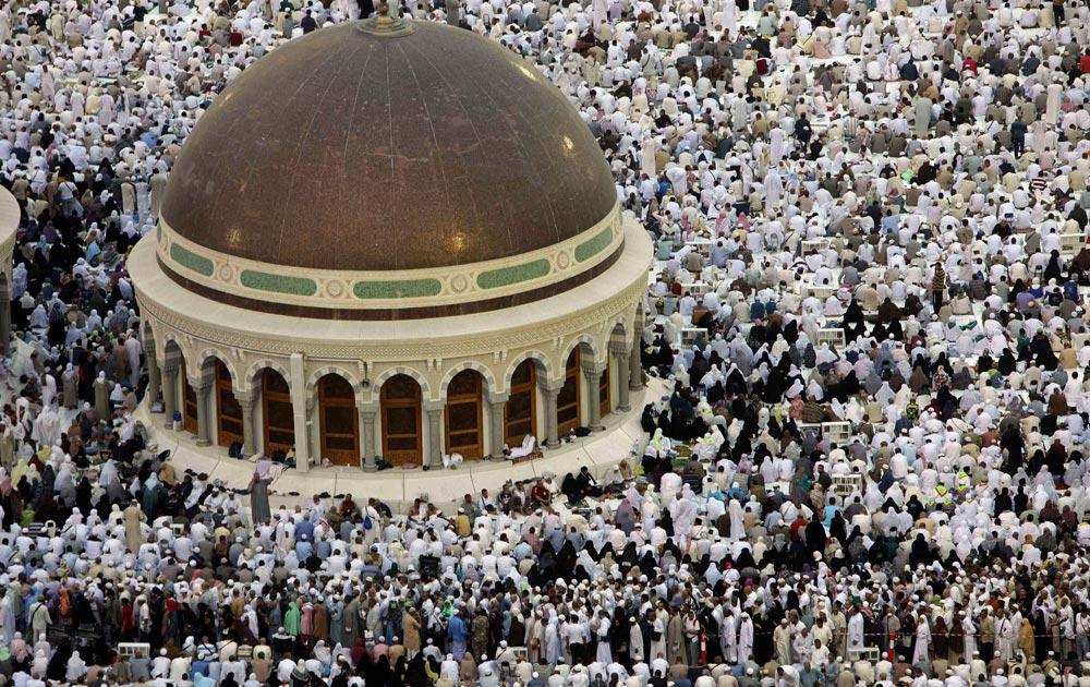 मक्का में मस्जिद के बाहर जियारत के लिए जुटे लोग।