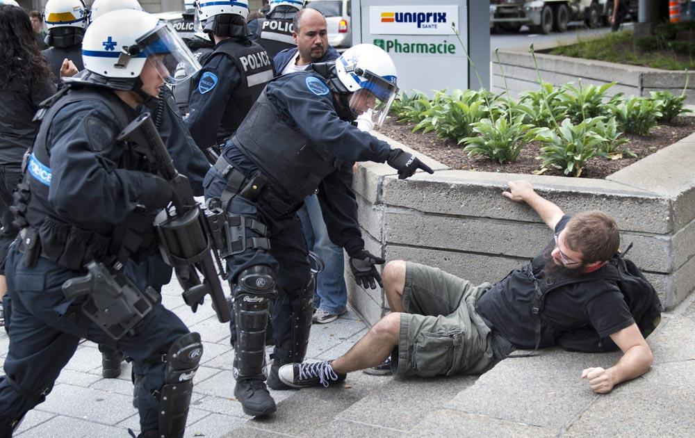 मॉन्ट्रियल में प्रदर्शनकारियों को तितर-बितर करती पुलिस।
