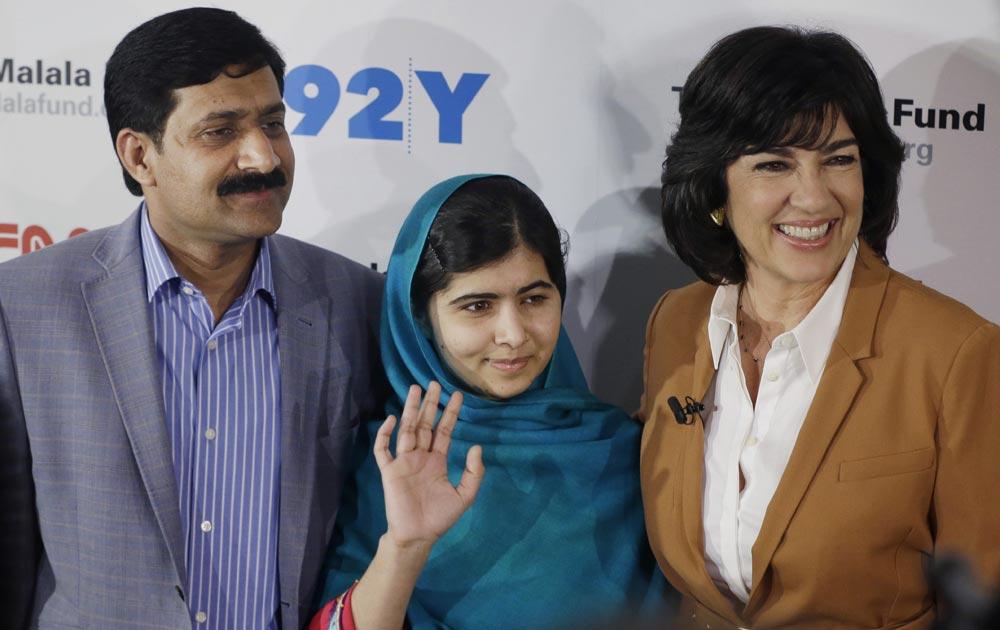 न्यूयार्क में तस्वीर के लिए पोज देती मलाला यूसुफजई। साथ में है मलाला के पिता जियाउद्दीन यूसुफजई एवं क्रिस्टीन अमनपोर।