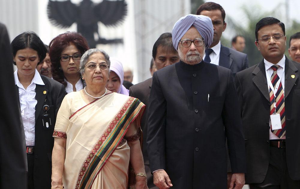 जाकार्ता में एक कार्यक्रम में शिरकत करते प्रधानमंत्री मनमोहन सिंह अपनी पत्नी गुरशरण कौर के साथ।
