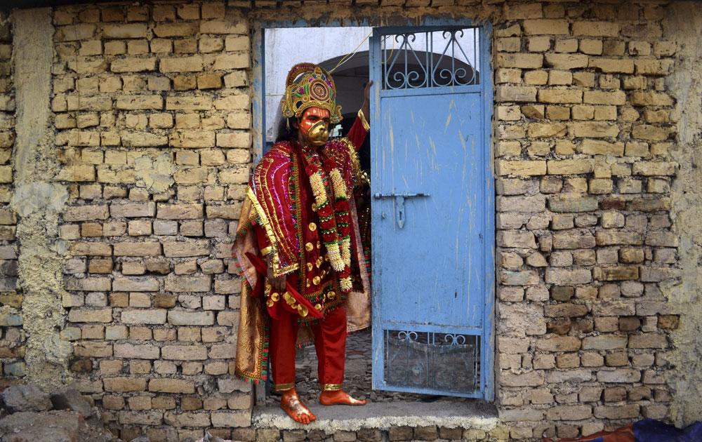 रामलीला में भाग लेने के लिए अमृतसर में भगवान हनुमान के वेशभूषा में तैयार एक युवक।