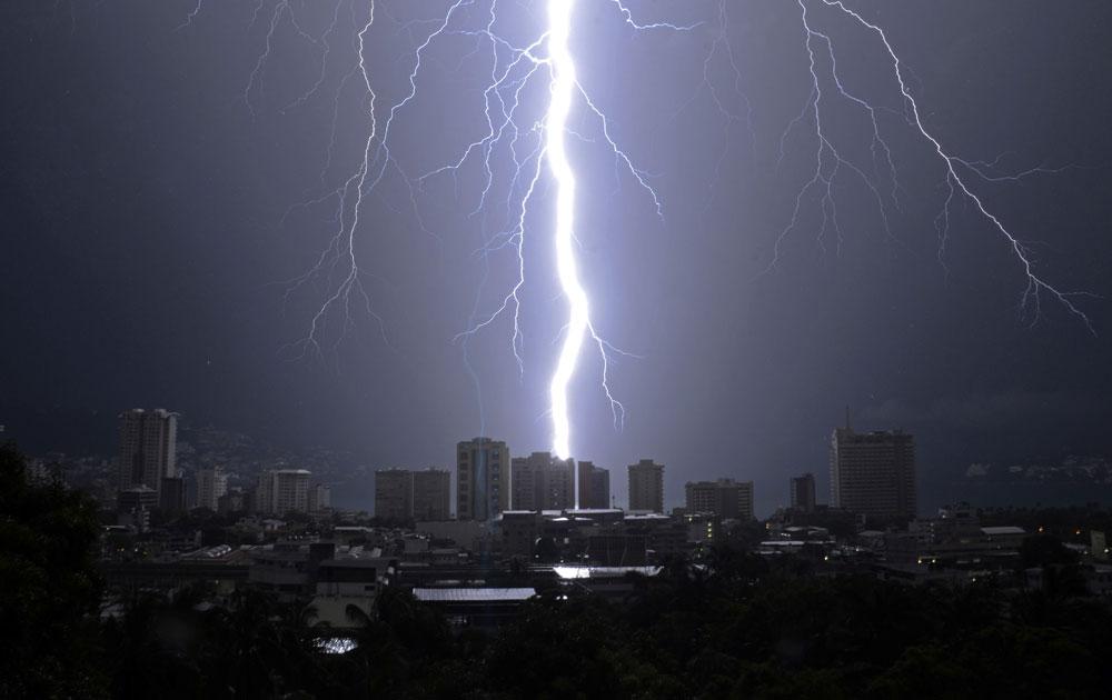 मैक्सिको में आधी रात बारिश के साथ अचानक कुछ यूं कड़की बिजली।