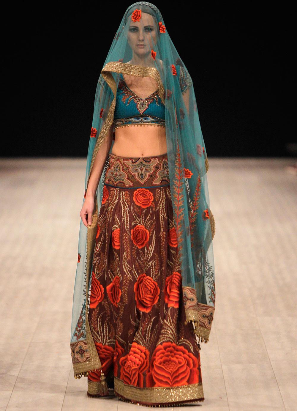 यूक्रेन के कीव में एक फैशन वीक के दौरान भारतीय डिजायनर जेजे वालया के परिधानों को प्रदर्शित करती एक मॉडल।