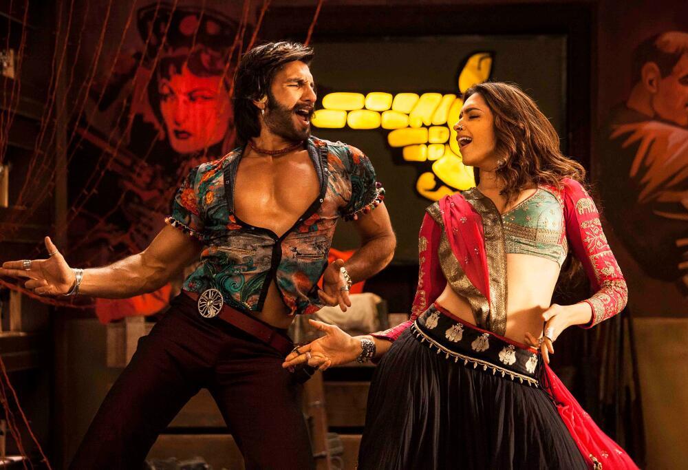 फिल्म रामलीला के एक दृश्य में गाने पर डांस करते रणवीर कपूर और दीपिका पादुकोण।