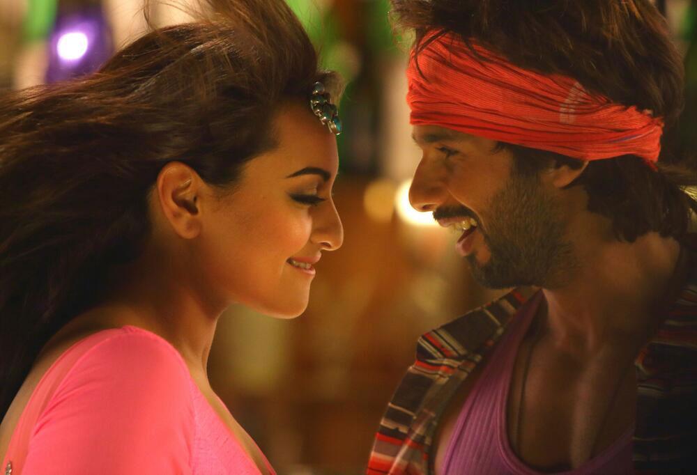 एक फिल्म में सोनाक्षी सिन्हा और शाहिद कपूर।