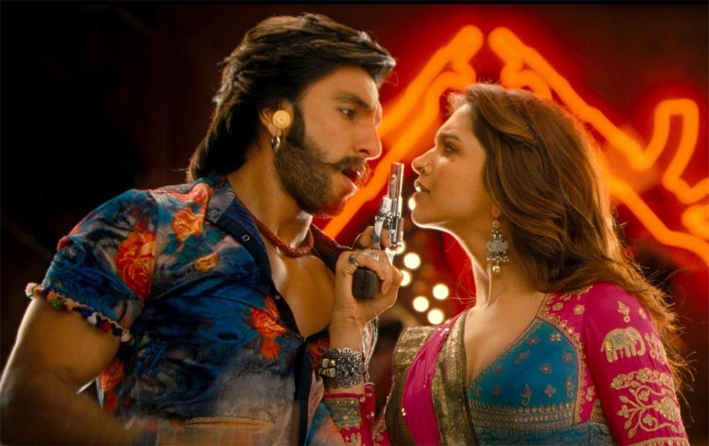 फिल्म रामलीला के एक दृश्य में रणवीर कपूर और दीपिका पादुकोण।