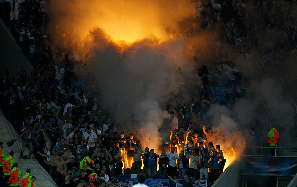 पुर्तगाल में पोर्तो और जैनित टीम के बीच हुए मैच के बाद जश्न मनाते लोग ।