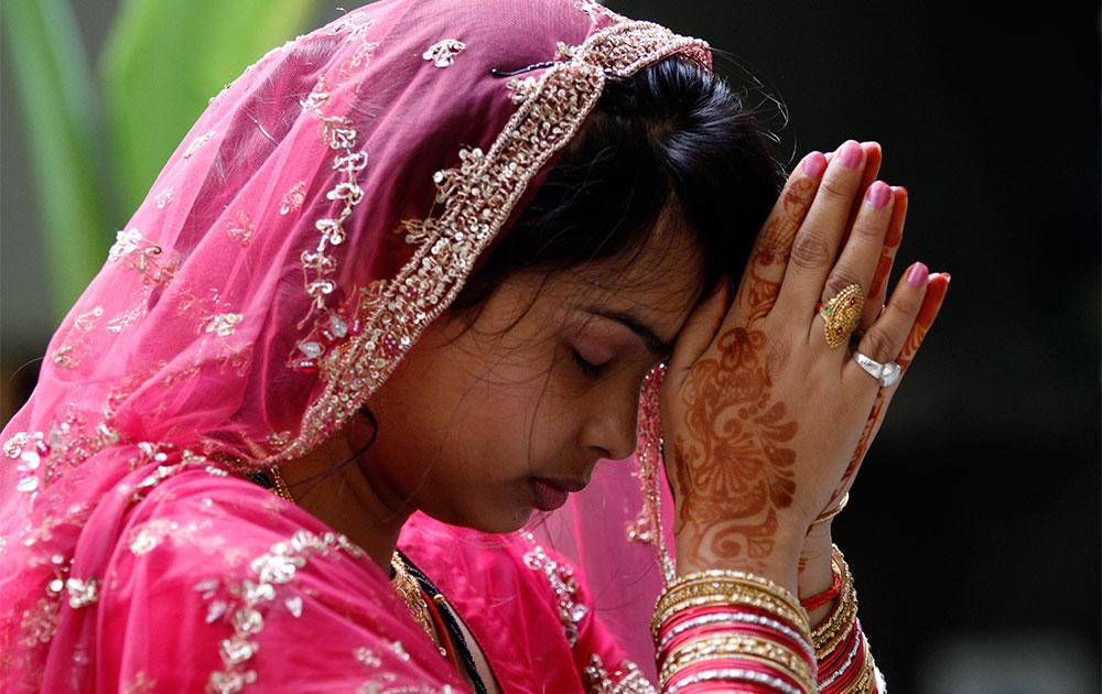 इलाहाबाद में करवा चौथ व्रत के दौरान पूजा करती एक महिला।