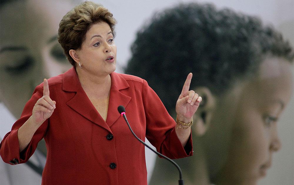 ब्राजील की राष्ट्रपति डिल्मा रुसेल्फ एक सभा को संबोधित करती हुई।