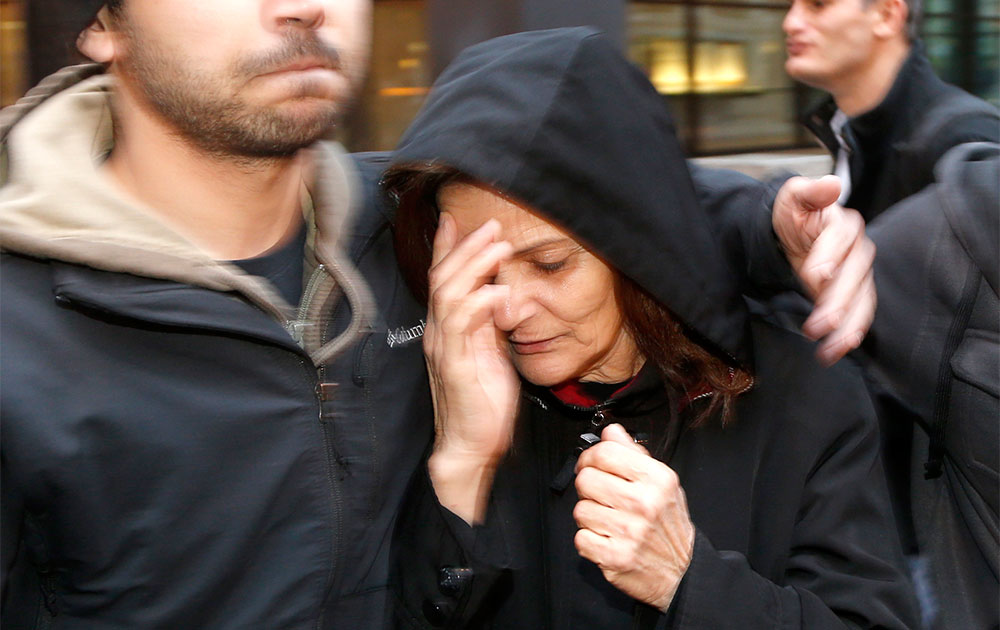 शिकागो में एक गमगीन महिला को सहारा देते एक मजिस्ट्रेट।