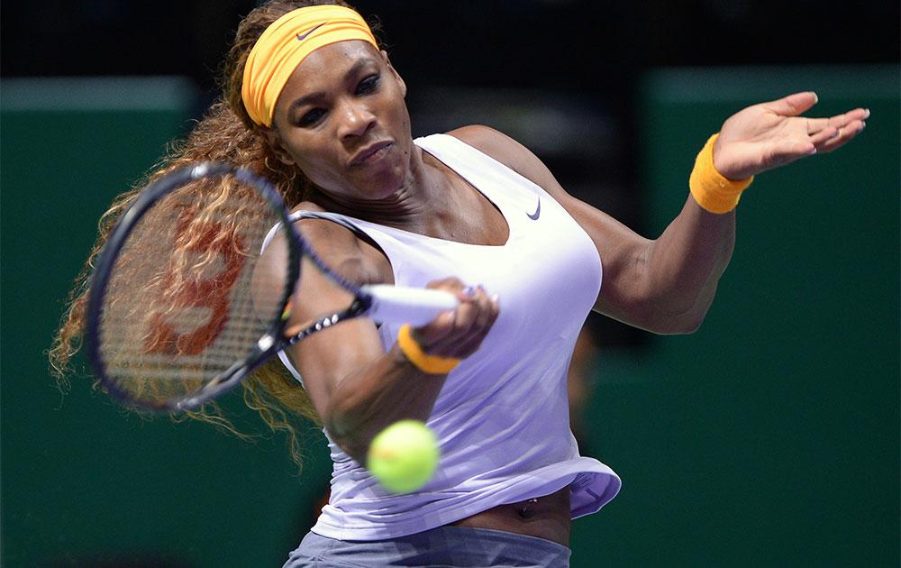 इस्तांबुल में  WTA  चैंपियनशिप के दौरान रिटर्न शॉट खेलती टेनिस खिलाड़ी सेरेना विलियम्स।
