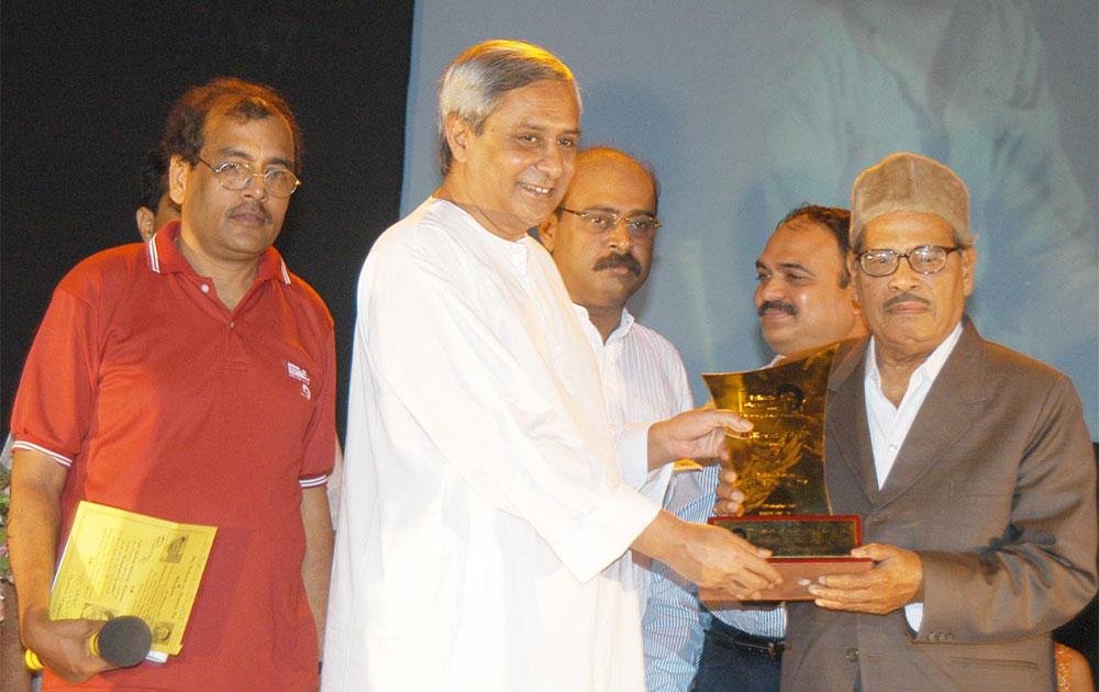 ओडिशा के मुख्यमंत्री से सम्मान ग्रहण करते गायक मन्ना डे।