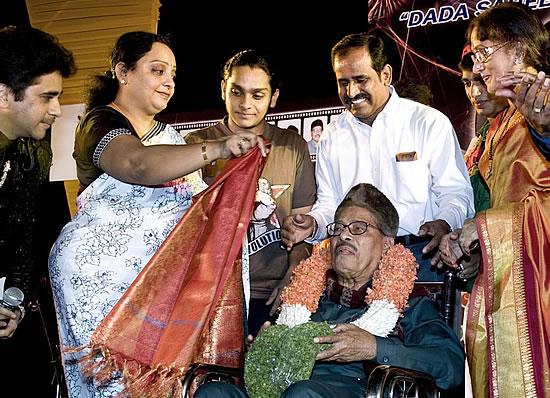 मन्ना डे को उनकी गायिकी के लिए अनेक पुरस्कारों से नवाजा गया।