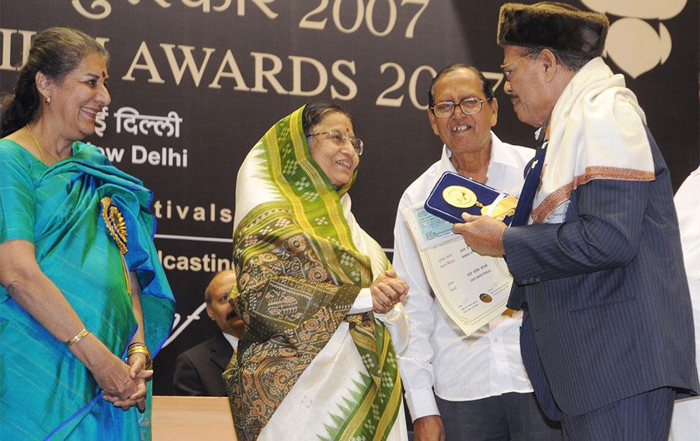गायक मन्ना डे को पूर्व राष्ट्रपति प्रतिभा पाटिल ने भी सम्मानित किया था।