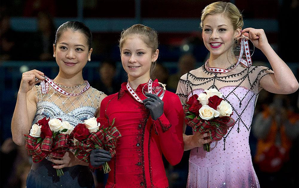 सेंट जान में स्केट कनाडा फिगर स्केटिंग समारोह के बाद युवतियां।