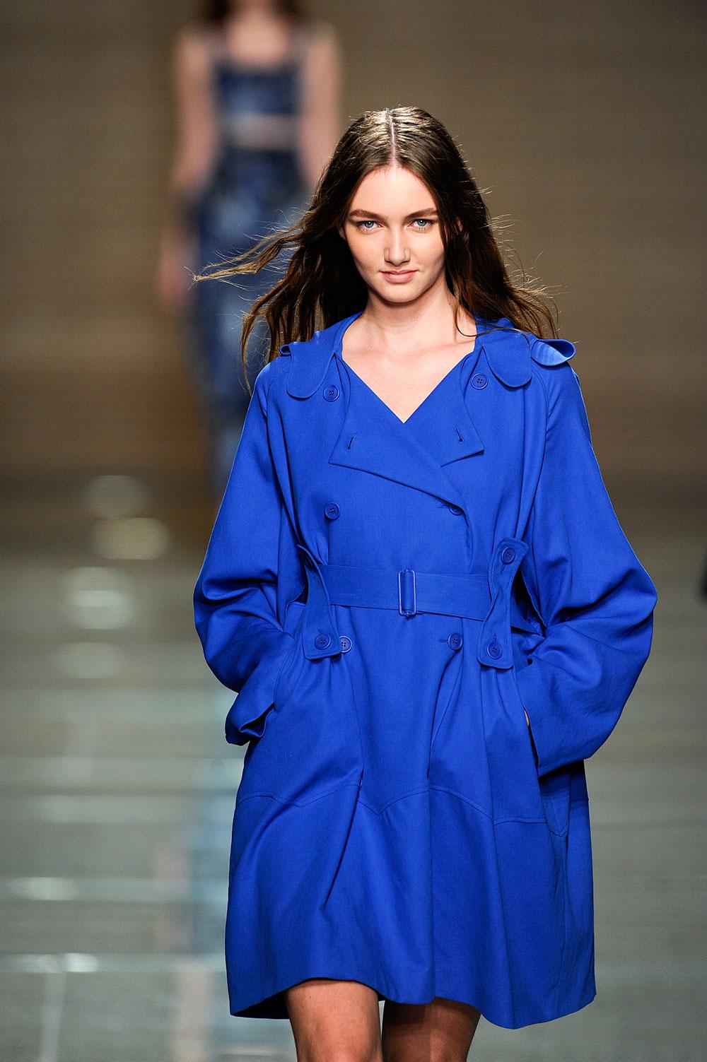 पुर्तगाल फैशन कलेक्शन को पेश करती एक मॉडल।