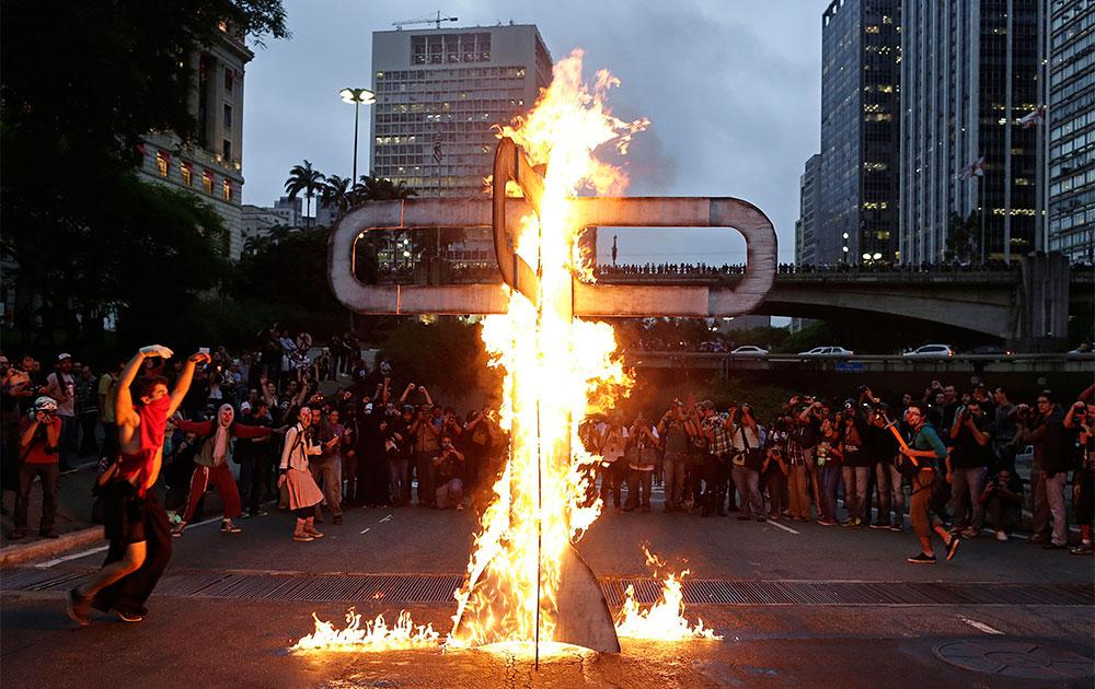 साओ पावलो में विरोध-प्रदर्शन करते लोग।