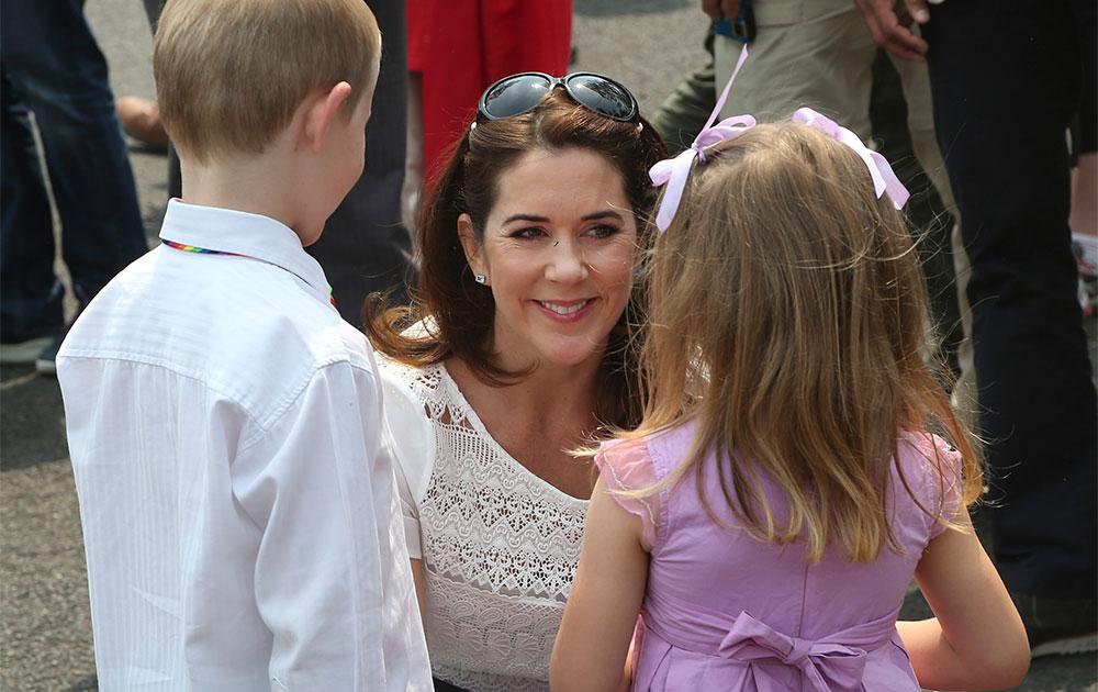 सिडनी में बच्चों से बात करती डेनमार्क की क्राउन प्रिंसेज मेरी।