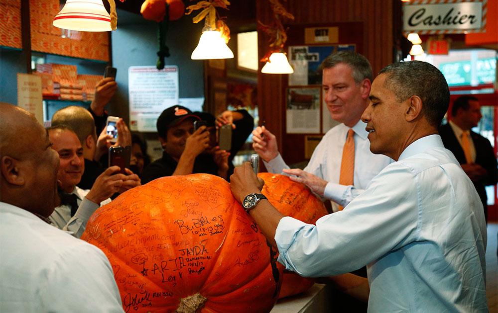 न्यूयार्क के एक रेस्टोरेंट में अमेरिकी राष्ट्रपति बराक ओबामा।