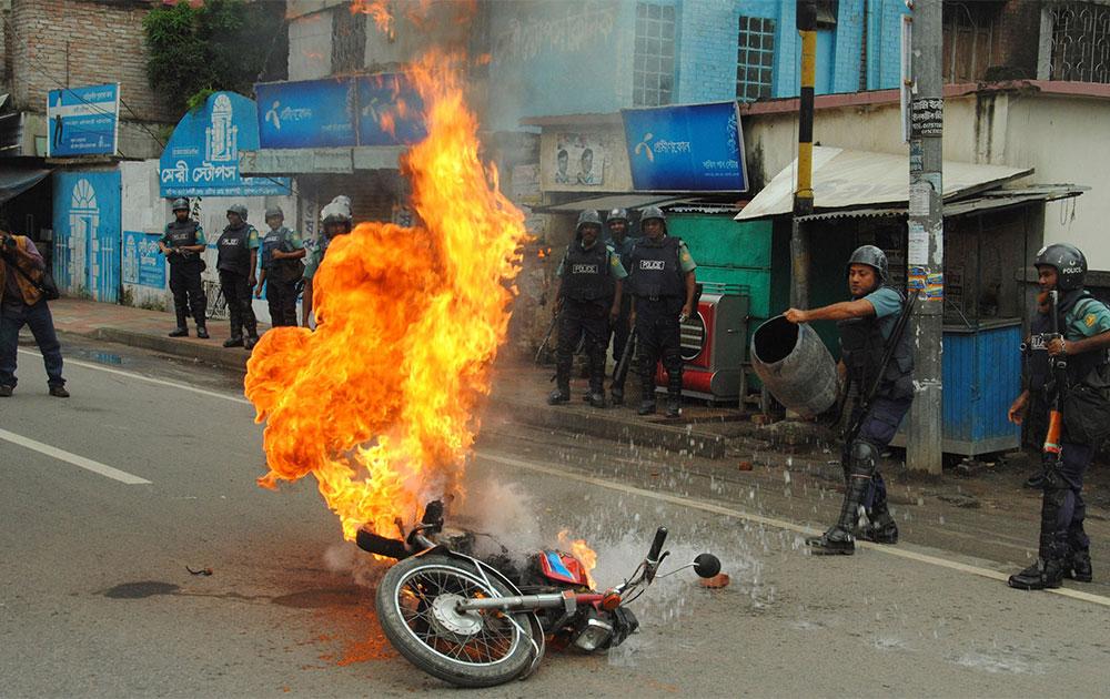 ढाका में प्रदर्शनकारियों ने एक मोटर साइकिल में आग लगा दी।
