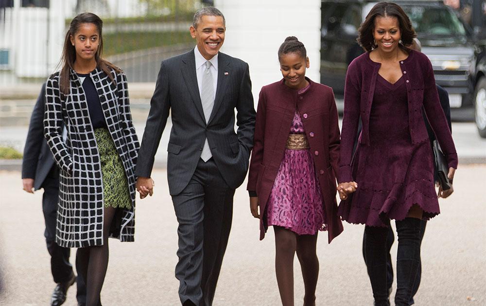 अमेरिकी राष्ट्रपति बराक ओबामा अपने परिवार के साथ चर्च में जाते हुए।