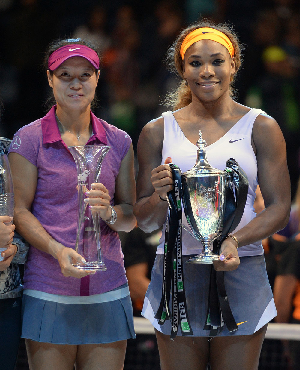 इस्तांबुल में WTA चीन की ली ना को हराने के बाद अमेरिकी की सेरेना विलियमस्त विजेता ट्रॉफी के साथ।