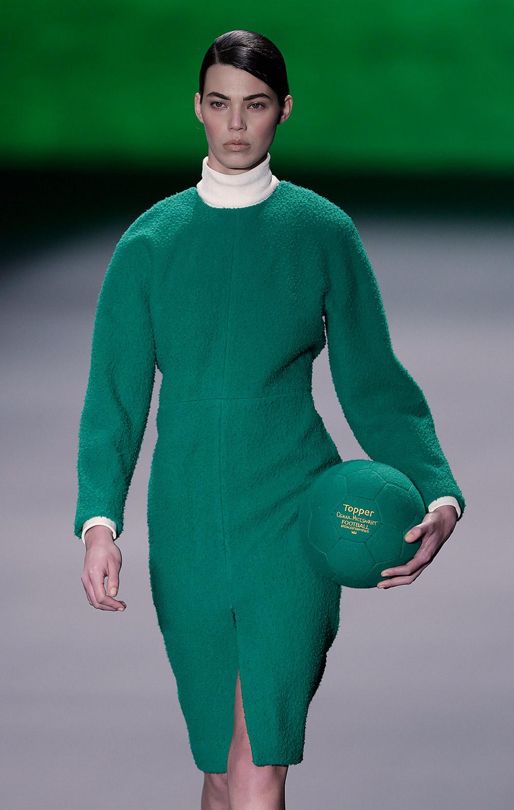 ब्राजील के साउ पाउलो फैशन वीक में हरे लिबास में कैटवाक करती एक मॉडल।