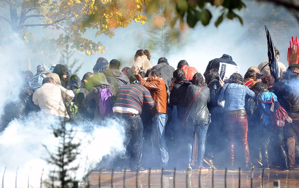टर्की में एक दंगे के दौरान जमा हुई भीड़ जहां पुलिस ने आंसू गैस के गोले छोड़।