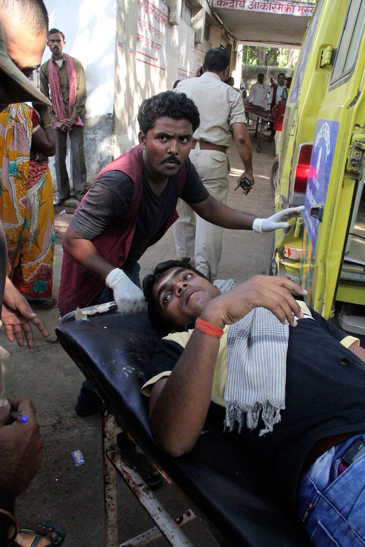 पटना सीरियल ब्लास्ट में घायल व्यक्ति को पीएमसीएच ले जाती पुलिस।