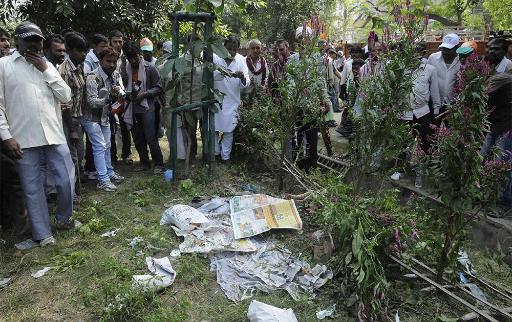 पटना के गांधी मैदान में अखबार के नीचे जिंदा बम मिला।