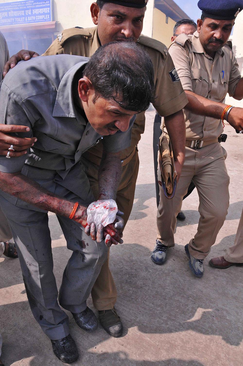 पटना में सीरियल बम ब्लास्ट के दौरान बम डिफ्यूज करने के दौरान बम निरोधक दस्ता के सदस्य घायल हो गए।