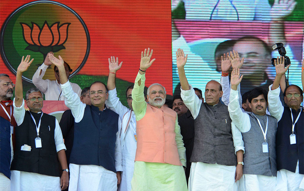 पटना के गांधी मैदान में हुंकार रैली के दौरान सीरियल बम ब्लास्ट के बावजूद भाजपा के पीएम नरेंद्र मोदी ने लोगों को संबोधित किया।