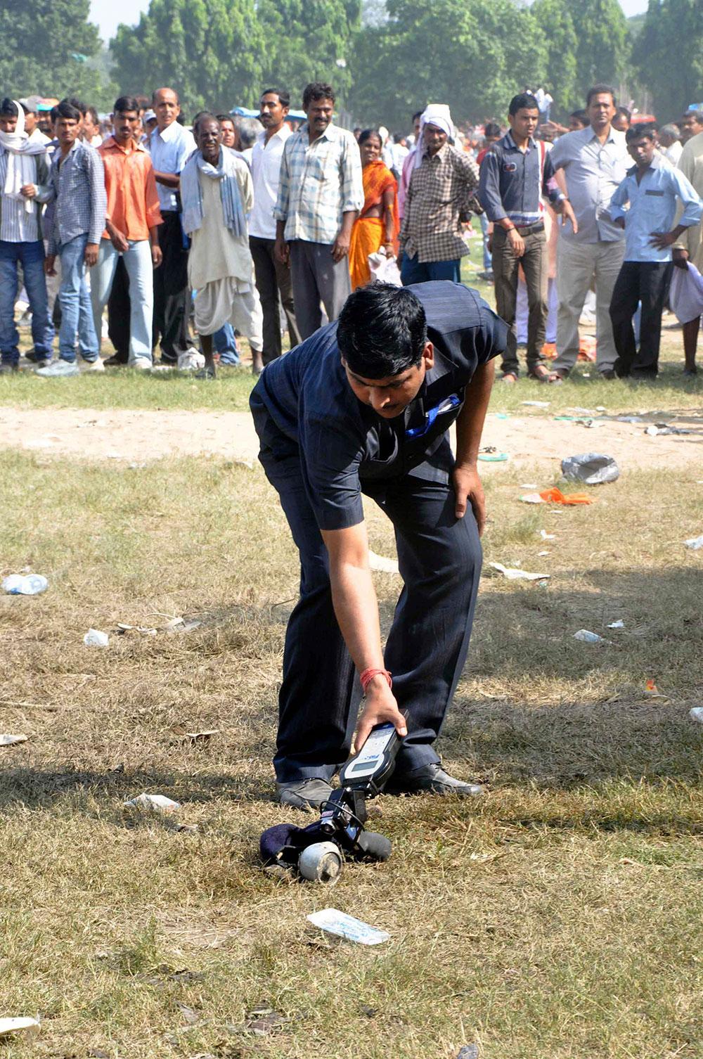 पटना के गांधी मैदान में नरेंद्र मोदी की हुंकार रैली के दौरान सीरियल बम ब्लास्ट के बम निरोधक दस्ता ब्लास्ट के साक्ष्य को इकट्ठा करते हुए।