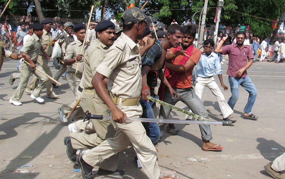 पटना के गांधी मैदान में नरेंद्र मोदी की हुंकार रैली के दौरान सीरियल बम ब्लास्ट के संदिग्ध को पकड़ कर ले जाती पुलिस।