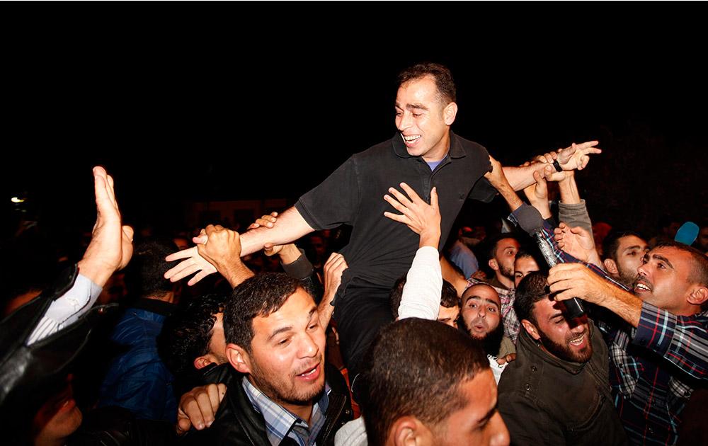 इजरायल ने कई फिलीस्तीनी कैदियों को रिहा किया, खुशी मनाते कैदी।