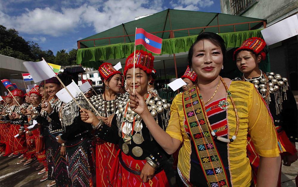 म्यामांर में रंग-बिरंगे पोशाकों को पहनकर अमन-शांति का पैगाम लेकर चलती महिलाएं।