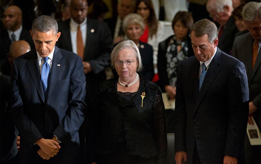 अमेरिकी राष्ट्रपति बराक ओबामा अपने सहयोगियों के साथ वाशिंगटन हाउस में।