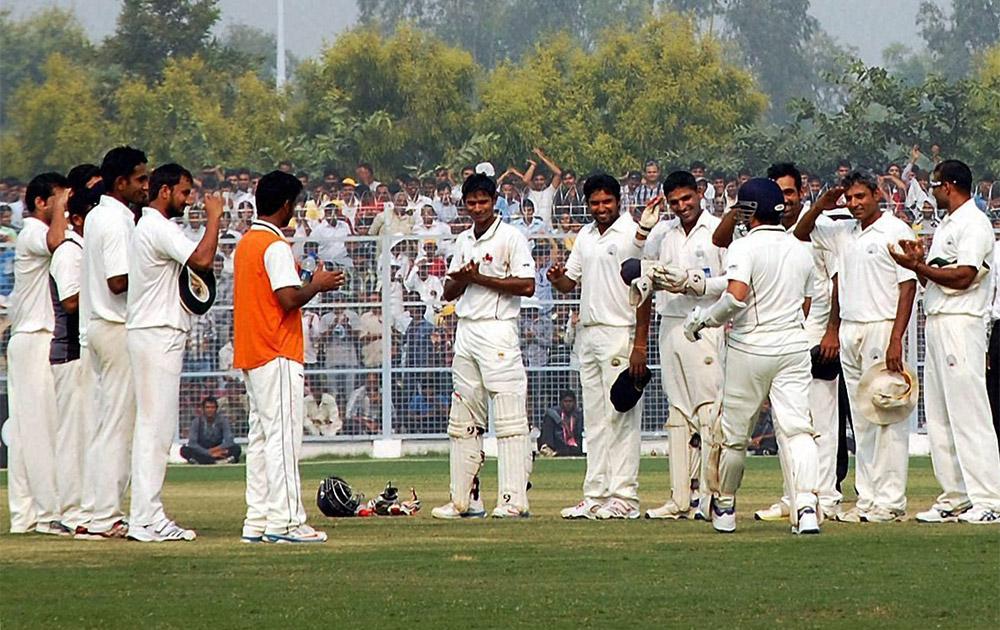 हरियाणा टीम के खिलाड़ी सचिन तेंदुलकर का स्वागत करते हुए क्योंकि यह सचिन का अंतिम रणजी मैच था।