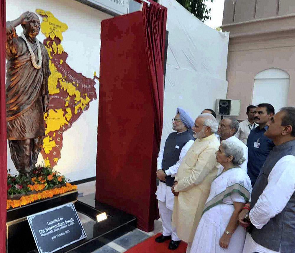अहमदाबाद में सरदार वल्लभ भाई पटेल की विशाल प्रतिमा के अनावरण के दौरान प्रधानमंत्री मनमोहन सिंह और गुजरात के सीएम नरेंद्र मोदी।